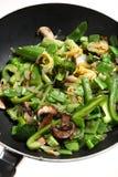 Cozinhando a fritada vegetal do stir no wok Fotos de Stock Royalty Free