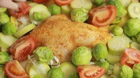 Cozinhando a galinha com vegetais em um vidro vídeos de arquivo