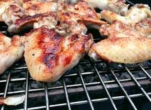 Cozinhando a grade das asas de galinha fotografia de stock