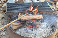 Cozinhando hotdogs sobre a fogueira Foto de Stock