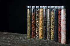 Cozinhando ingredientes, especiaria no fundo de madeira Imagem de Stock