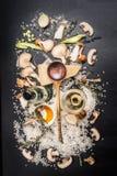 Cozinhando ingredientes para o risoto dos cogumelos no fundo escuro, vista superior Imagem de Stock Royalty Free