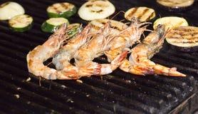 Cozinhando kebabs do camarão na grade Imagens de Stock
