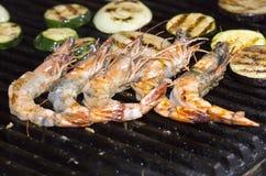 Cozinhando kebabs do camarão na grade Imagens de Stock Royalty Free