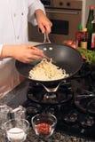 Cozinhando macarronetes asiáticos Fotografia de Stock Royalty Free