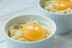 Cozinhando a massa com ovo e bacon Fotos de Stock Royalty Free