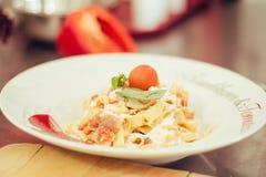 Cozinhando a massa com parmasan Fotografia de Stock Royalty Free