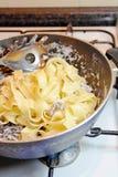 Cozinhando a massa de Tagliatelle fotos de stock