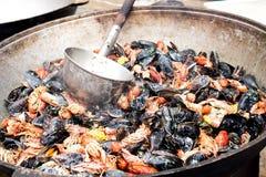 Cozinhando mexilhões e lagostas foto de stock
