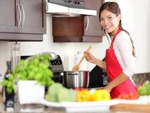 Cozinhando a mulher na cozinha Foto de Stock