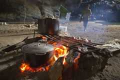 Cozinhando na caverna de Hang En, caverna a maior dos world's a ó imagens de stock royalty free