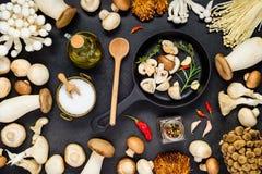 Cozinhando o alimento comestível dos cogumelos fotos de stock royalty free