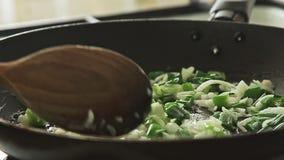 Cozinhando o alimento na bandeja no fogão filme