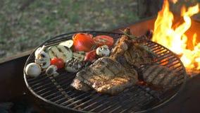 Cozinhando o bife na grade BBQ fora Preparando a carne para o bife filme
