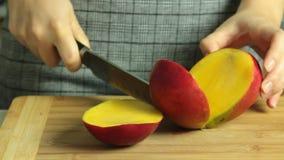 Cozinhando o bolo e o corte do crepe do oreo do fruto ex?tico da manga vídeos de arquivo
