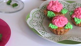 Cozinhando o bolo Os bolos pr?-feitos est?o em placas Decorado com folhas de hortel? video estoque