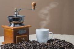 Cozinhando o café ao lado do moedor Fotos de Stock Royalty Free