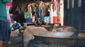 Cozinhando o caldeirão na casa indonésia local filme