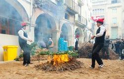 Cozinhando o calsot na fogueira durante o otada do  de CalÑ Fotografia de Stock