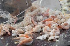 Cozinhando o camarão e o macarronete Imagens de Stock Royalty Free