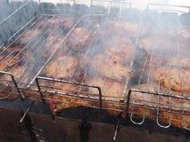 Cozinhando o close-up fumado da grade da carne Fotos de Stock