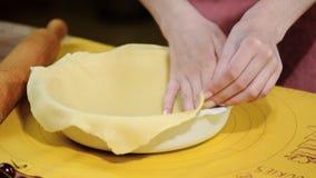 Cozinhando o conceito Mulher que põe a massa fresca em um formulário do cozimento, close up vídeos de arquivo