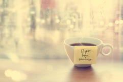 Cozinhando o copo de café com o copo da mensagem da emoção na cafetaria, na parte dianteira da janela do espelho e do pingo de ch Imagem de Stock Royalty Free