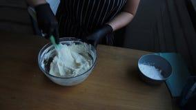 Cozinhando o creme do coalho, do queijo creme e do creme para fazer o bolo da porca-banana, o processo completo de fazer um bolo, filme