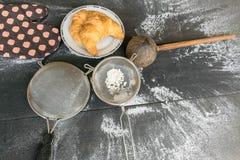 Cozinhando o croissant no fundo de madeira rústico Imagem de Stock Royalty Free