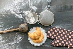 Cozinhando o croissant no fundo de madeira rústico Fotos de Stock Royalty Free