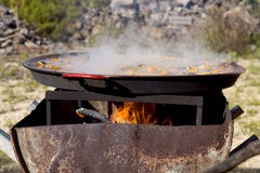 Cozinhando o ` do paella do `, prato espanhol típico, na floresta Foto de Stock