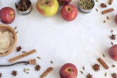 Cozinhando o fundo - configuração lisa dos inredients para queques da maçã imagem de stock