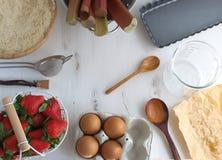 Cozinhando o fundo da cena, os utensílios da cozinha e os ingredientes para a torta imagens de stock