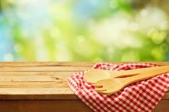 Cozinhando o fundo exterior com colheres de madeira Fotografia de Stock Royalty Free