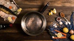 Cozinhando o fundo Peixes fumado com especiarias e limão em um woode Fotografia de Stock