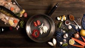 Cozinhando o fundo Peixes fumado com especiarias e limão em um woode Imagens de Stock Royalty Free