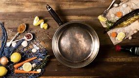Cozinhando o fundo Peixes fumado com especiarias e limão em um woode foto de stock