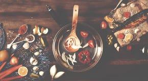 Cozinhando o fundo Peixes fumado com especiarias e limão em um woode Fotos de Stock Royalty Free