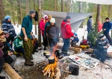 Cozinhando o jantar sobre uma fogueira em um backpacking, o 13 de março de 2016 Fotografia de Stock Royalty Free