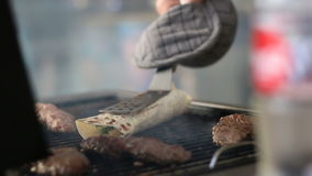 Cozinhando o kyufta turco grelhado video estoque