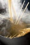 Cozinhando o linguini Fotos de Stock