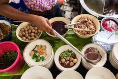Cozinhando o macarronete do barco, tok do nam do MOO Imagens de Stock