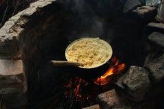 Cozinhando o mamaliga tradicional fotografia de stock