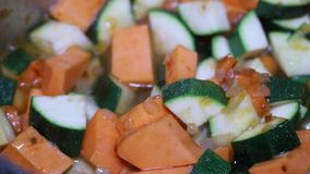 Cozinhando o marisco com os vegetais no potenciômetro do ferro video estoque