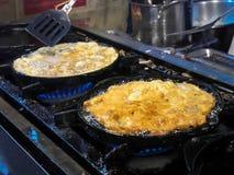 Cozinhando o marisco fritado com sido alimento tailandês dos brotos fotos de stock royalty free