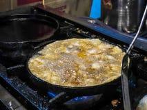 Cozinhando o marisco fritado com sido alimento tailand?s dos brotos fotografia de stock royalty free