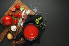 Cozinhando o molho ou a sopa de tomate Imagem de Stock