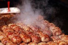 Cozinhando o pão e o bacon polvilhe com as sementes de sésamo brancas Fotografia de Stock