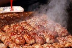 Cozinhando o pão e o bacon polvilhe com as sementes de sésamo brancas Fotos de Stock Royalty Free