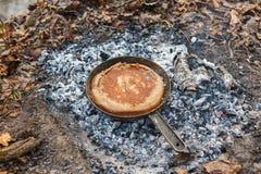 Cozinhando o pão em carvões do fogo na noite fotos de stock royalty free